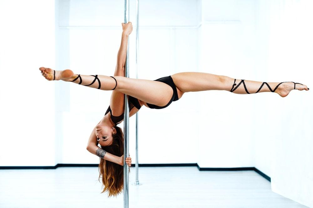 ¿Has soñado con tener un cuerpo de escándalo alguna vez? Es lo que lograrás con el pole dance donde, además, te lo pasarás en grande. ¡Todo un reto!